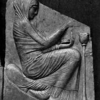 Трон Людовизи. Женщина, приносящая жертву. Мрамор. Около 470 г. до н. э. Рим. Музей Терм