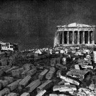 Площадь на Акрополе перед Парфеноном (направо) и Эрехтейоном (налево)