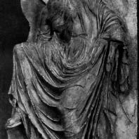 Ника, развязывающая сандалию. Рельеф балюстрады храма Ники Аптерос. Мрамор. Около 409 г. до н. э. Афины. Музей Акрополя