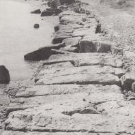 Диолкос - дорога, выложенная большими камнями, по которой волочили суда из одного порта в другой. Фото: Анджей Дзевановский