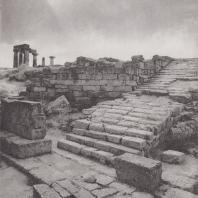 Коринф. Ступени, соединяющие агору со священным участком бога Аполлона. Фото: Анджей Дзевановский