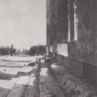 Коринф. Святилище Аполлона, наземная часть фундамента с западной стороны. Фото: Анджей Дзевановский
