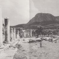 Коринф. Священный участок Аполлона римских времен, расположенный на восток от улицы Лехайон. На втором плане Акрокоринф. Фото: Анджей Дзевановский