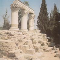 Коринф. Святилище (Е) Октавии, сестры императора Августа. Фото: Анджей Дзевановский