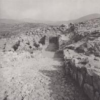 Микены. Вид на стены и львиные ворота е верхней части замка. Фото: Анджей Дзевановский