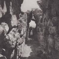 Тиринф. Крытая галерея в северо-восточной стене, ведущая к шести кладовым. Фото: Анджей Дзевановский