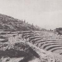Аргос. Римский одеон последнего этапа перестройки в III в. н.э. Стена, поддерживающая амфитеатр, над ней высеченные в горе ступени здания V в. до н.э. Фото: Анджей Дзевановский