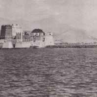 Нафплион. Вид с акрополя на остров Бузи, укрепленный венецианцами в XVII в. Фото: Анджей Дзевановский
