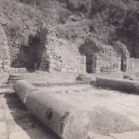 Дельфы. Колонны портика перед входом в святилище