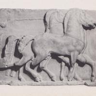 Дельфы. Сокровищница сифносцев. Часть фриза, изображающая похищение дочерей Левкиппа (до 525 г. до н.э.)