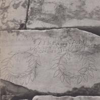 Дельфы. Сокровищница афинян. Стена с почетными декретами и изображениями венков