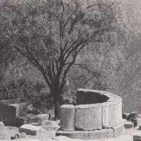 Дельфы. Экседра, каменная скамья у площадки Галос. Вид с северо-запада