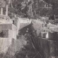 Дельфы. Лестница, ведущая с площадки у Стой афинян. Вид г юга