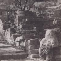 Дельфы. Священная дорога, участок между Стоей афинян и храмом Аполлона. Вид с юга