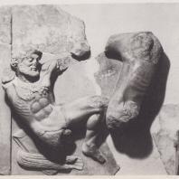 Дельфы. Сокровищница афинян. Метопа с изображением Геракла с керинейской ланью