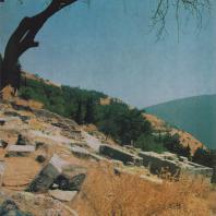 Дельфы. Руины постройки к востоку от Священной дороги