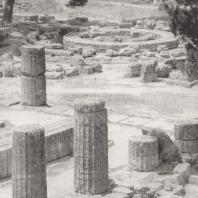 Олимпия. Герайон. Вид с восточной стороны. В глубине, с правой стороны колоннада портика палестры. Фото: Анджей Дзевановский