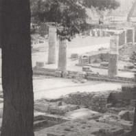 Олимпия. Герайон. Вид с востока на вновь установленные колонны разных пропорций. На столбах колота следы в виде углублений для подвешивания приносимых в жертву предметов. Фото: Анджей Дзевановский