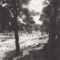 Олимпия. Герайон. Вид на руины храма Геры с террасы сокровищниц, на переднем плане фрагменты одной из сокровищниц. Фото: Анджей Дзевановский