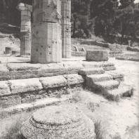 Олимпия. Герайон. Двухступенчатая крепида и боковая лестница, ведущая в храм со стороны юго-восточной части. На переднем плане капитель эпохи классики. Фото: Анджей Дзевановский