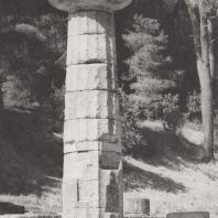 Олимпия. Герайон. Северо-восточная угловая часть. Колонна с архаической капителью. Фото: Анджей Дзевановский