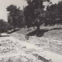 Олимпия. Терраса сокровищниц с юго-востока, вид со стадиона; на переднем плане дорога, ведущая к стадиону, налево от нее руины портика Эхо. Фото: Анджей Дзевановский
