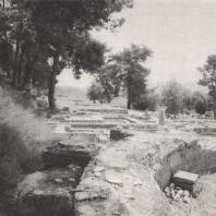 Олимпия. Терраса сокровищниц с западной стороны, на переднем плане экседра Герода Аттика, II в. н.э., за ней остатки святилищ Элевтии и Зевса Сосиполиса. В глубине напротив - сокровищницы, за ними стадион. Фото: Анджей Дзевановский