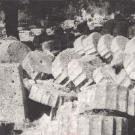 Олимпия. Храм Зевса. Разрушенные колонны южного фасада. Фото: Анджей Дзевановский