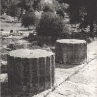Олимпия. Храм Зевса. Стилобат южной колоннады. Фото: Анджей Дзевановский