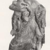 Раскрашенная группа: Зевс с Ганимедом, вероятно, акротерий фронтона одной из построек Альтиса. Терракота, ок. 470 г. до н.э. Музей в Олимпии. Фото: Анджей Дзевановский