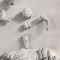 Храм Зевса. Западная метопа. Геракл после победы над немейским львом, рядом покровительница героя - Афина. Музей в Олимпии. Фото: Анджей Дзевановский