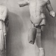 Храм Зевса. Восточный фронтон. Пелопс, победитель состязания с Эномаем, стоящий справа от Зевса. Музей в Олимпии. Фото: Немецкий археологический институт в Афинах