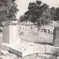 Олимпия. Базы вотивных памятников, стоящие вблизи храма Зевса. В глубине налево Герайон, направо - терраса сокровищниц. Фото: Анджей Дзевановский