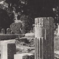 Олимпия. Остатки памятников, стоявших вблизи храма Зевса. Фото: Анджей Дзевановский