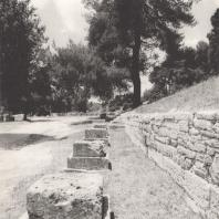 Олимпия. Ряд баз памятников Занов, установленных у подножия террасы сокровищниц вдоль дороги, ведущей к стадиону. Фото: Анджей Дзевановский