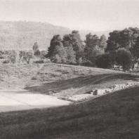 Олимпия. Западная часть стадиона со стартом (IV в. до н.э.), с правой стороны поросший деревьями Альтис. Фото: Анджей Дзевановский