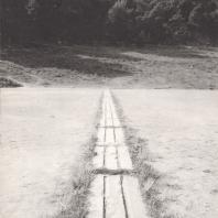 Олимпия. Мраморная полоса финиша (IV в. до н.э.), в глубине место земляных сидений для зрителей. Фото: Анджей Дзевановский