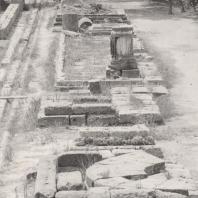 Олимпия. Базы памятников перед портиком Эхо. На втором цоколе, посередине стоял памятник Птолемеев. Фото: Анджей Дзевановский