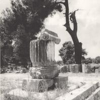 Олимпия. Цоколь, фрагменты колонн с частью ионической капители с памятника Арсинои. Фото: Анджей Дзевановский