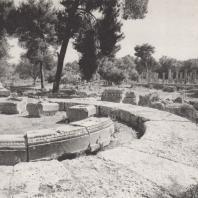 Олимпия. Филиппейон. Фундаменты. В глубине колоннада палестры. Фото: Анджей Дзевановский