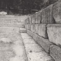 Олимпия. Фундамент западной стены Метроона, в глубине ступени террасы сокровищниц, служившие со II в. до н.э. сидениями для зрителей во время торжественных церемоний, совершавшихся перед алтарем Зевса. Фото: Анджей Дзевановский