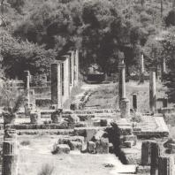 Олимпия. Вид палестры из портика гимнасия через остатки пропилеев гимнасия. Фото: Анджей Дзевановский
