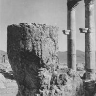 Пальмира. Разрушенная нижняя часть колонны у западного конца Большой колоннады, III век