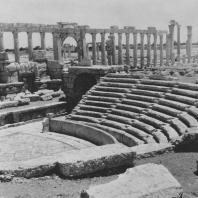 Пальмира. Зрительный зал и скена, в глубине Большая колоннада. Вид с южной стороны