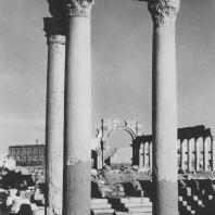Пальмира. Так называемые Термы Диоклетиана, в глубине Большая колоннада и храм Бела, III век