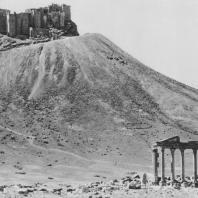 Пальмира. Руины турецкого замка, вид с востока. Внизу так называемый Надгробный храм
