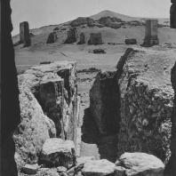 Пальмира. Раскоп у внешней стены так называемого Храма знамён, в глубине башенные гробницы