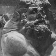 Алтарь Зевса в Пергаме. Южная сторона большого фриза. Тифон — фантастическое чудовище