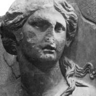 Алтарь Зевса в Пергаме. Южная сторона большого фриза. Тейя — мать Гелиоса, Селены и Эос (сохранилась верхняя часть фигуры)