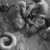 Алтарь Зевса в Пергаме. Южная сторона большого фриза. Эфир, бог верхнего неба, в борьбе с гигантом Леоном (с львиной головой)